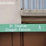 Szyld turystyczny informujący o witrażach Chagalla w kościele św. Szczepana, Moguncja, Niemcy