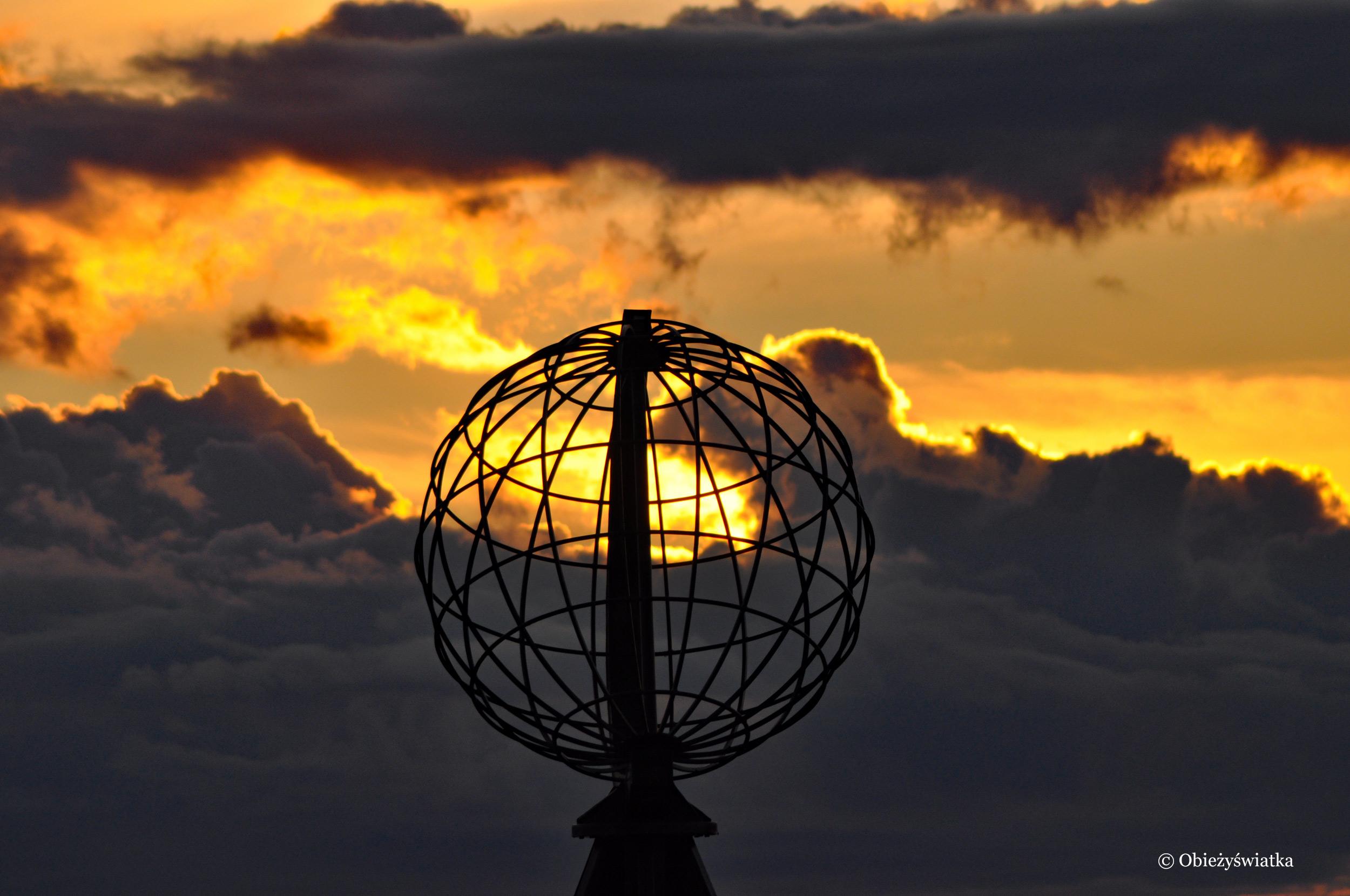Globus o zachodzie słońca, Nordkapp / Przylądek Północny, Norwegia