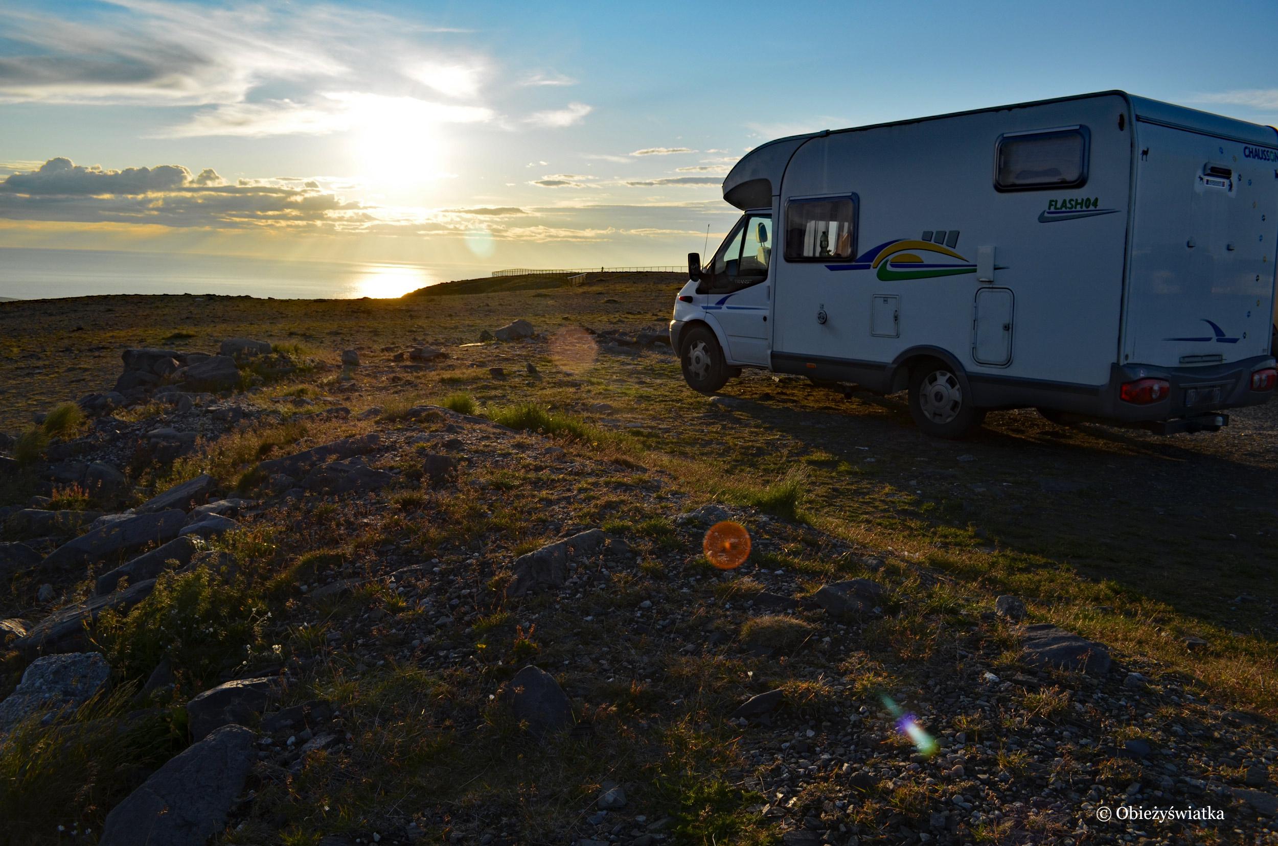 Nordkapp - nasz kamper w promieniach zachodzącego słońca