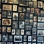 """KL Auschwitz-Birkenau, wystawa zdjęć pt. """"Zanim odeszli"""" w centralnej saunie"""