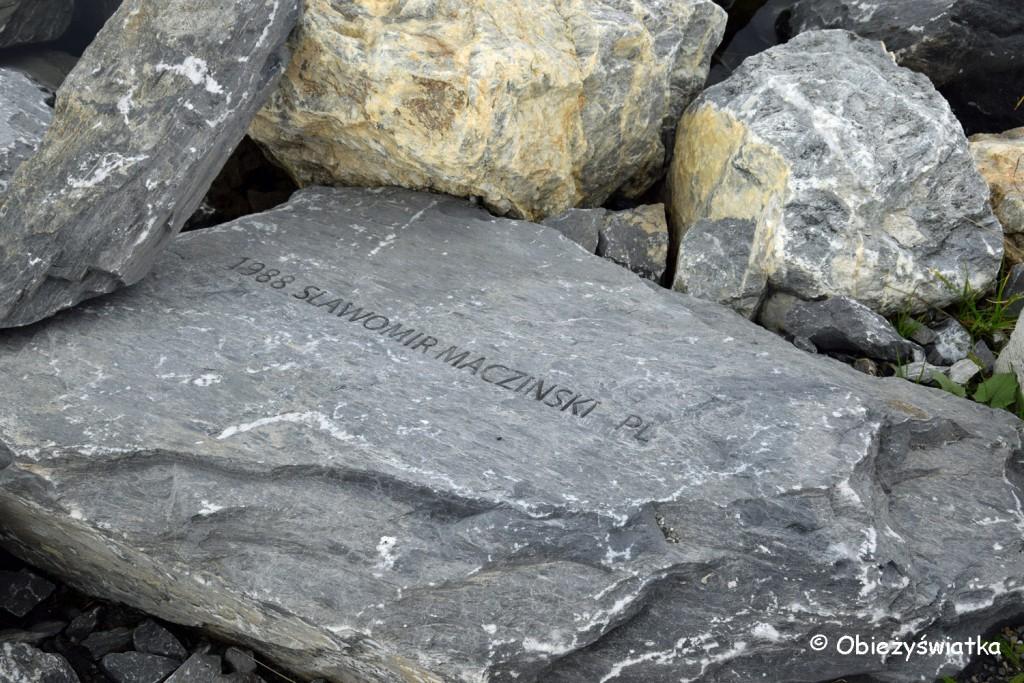 Kamienie-pomnik w Jeziorze Fallbodensee: tym, którzy zginęli przy wspinaczce po Ścianie Śmierci