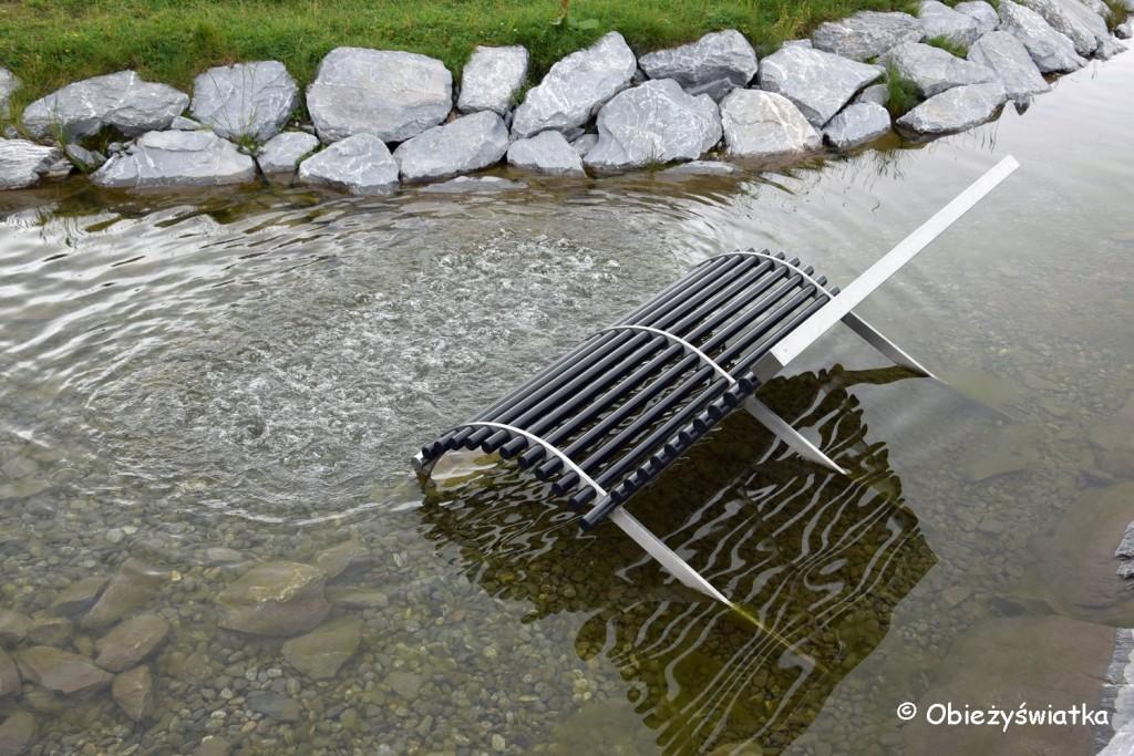 Ławki w Jeziorze Fallbodensee: Uwaga na pryskającą wodę ;)