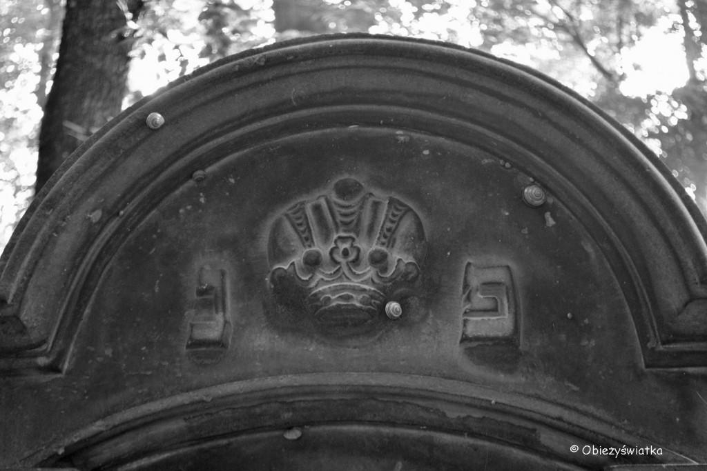 Jedna z macew - korona oznacza człowieka mądrości, uczonego, głowę rodziny