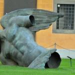 Anioł - rzeźba Igora Mitoraja na Placu Cudów w Pizie