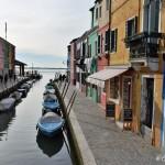 Kolorowe domy Burano i kanały prowadzące do Laguny Weneckiej