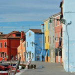 Kolorowe domy, kolorowe okiennice i kolorowe łodzie w Burano