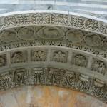 Detale w portalu nad wejściem do Baptysterium