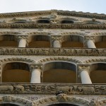 Fragment zachodniej fasady katedry w Pizie - widoczne są trzy loggie