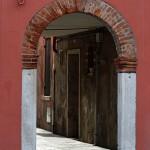 U wejścia do jednej z wąskich uliczek Burano - po drugiej stronie....