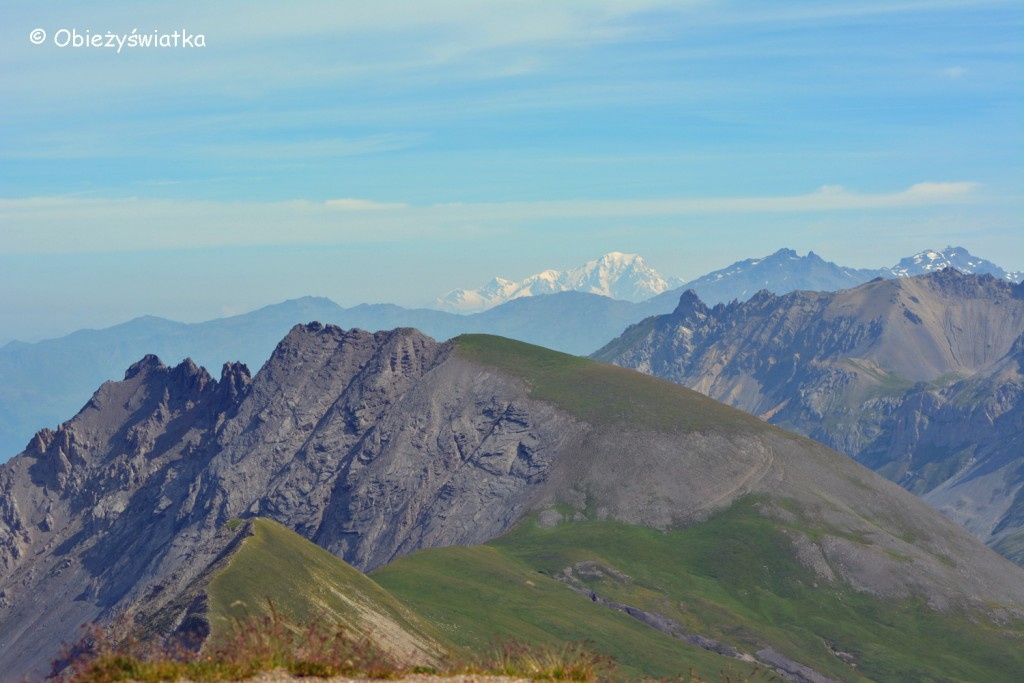 W tle Mont Blanc - 4807 m n.p.m., na pierwszym planie Roche Olvera 2654 m n.p.m.