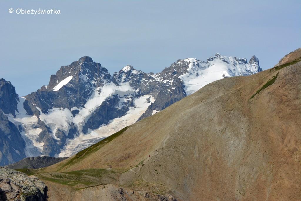 Po lewej Pic Gasparo - 3891 m n.p.m., po prawej szpic La Grand Pic - 3982 m n.p.m.część szczytu Góry La Meije