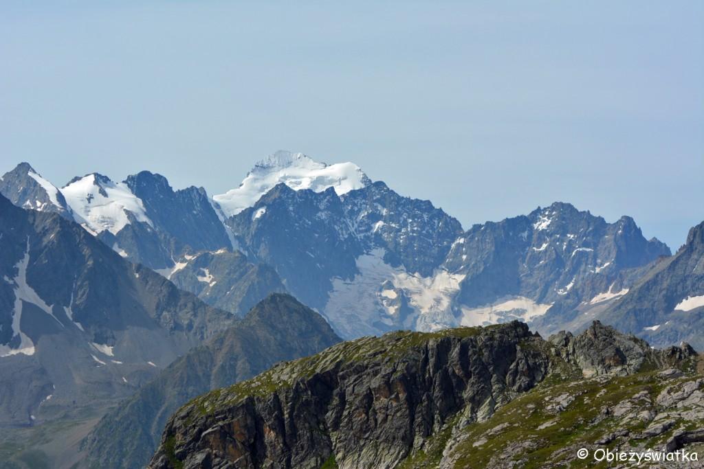 W tle Barre des Écrins - 4102 m n.p.m. - najwyższy szczyt w masywie Écrins