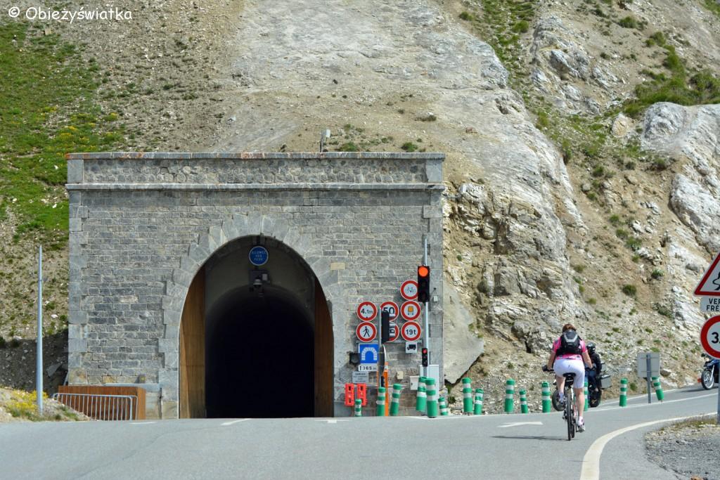 Tunel dla pojazdów cięższych niż 3,5 t przed przełęczą Col du Galibier