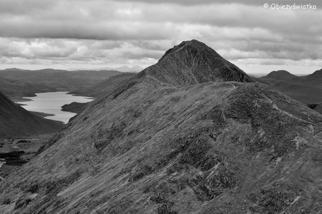 Widok ze szczytu Stob Coire Raineach na szczyt Stob Dubh, w tle Loch Etive