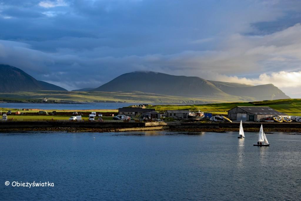 Wpływając do portu w Stromness, Orkady, Szkocja