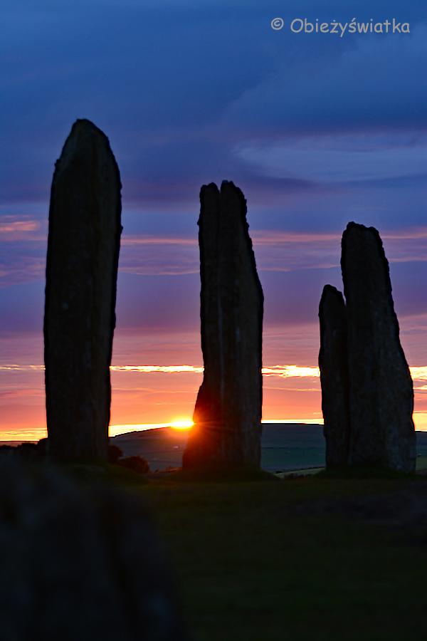 Kamienny krąg Ring of Brodgar o zachodzie słońca, Orkady, Szkocja