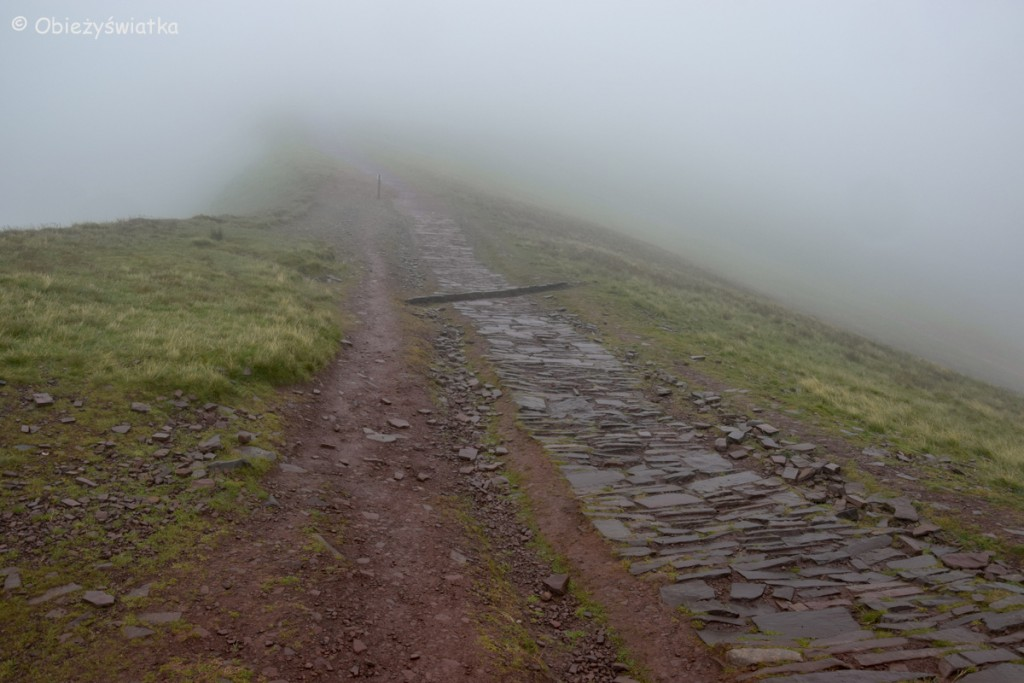 Droga we mgle na Pen Y Fan, Brecon Beacons, Walia