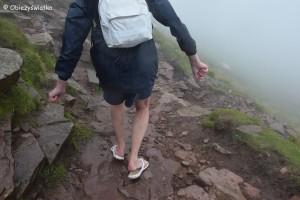 Turysta w klapkach - 800 m n.p.m., zejście z Pen Y Fan, Brecon Beacons, Walia