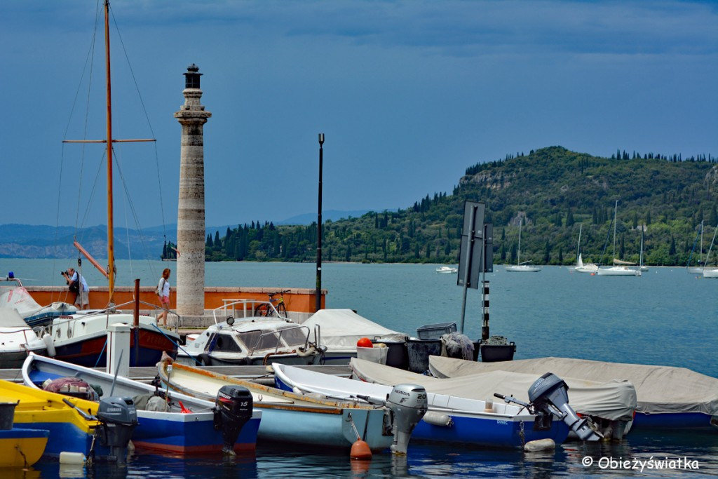 Łodzie w przystani na Jeziorze Garda