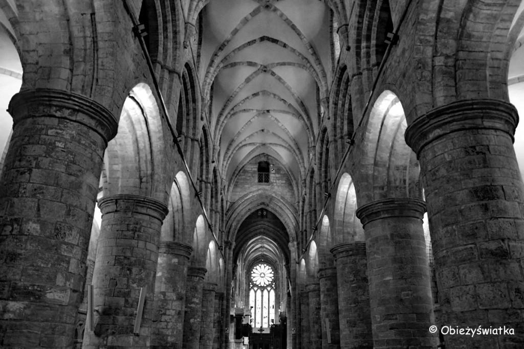 Normańskie kolumny - Katedra św. Magnusa w Kirkwall, Orkady, Szkocja