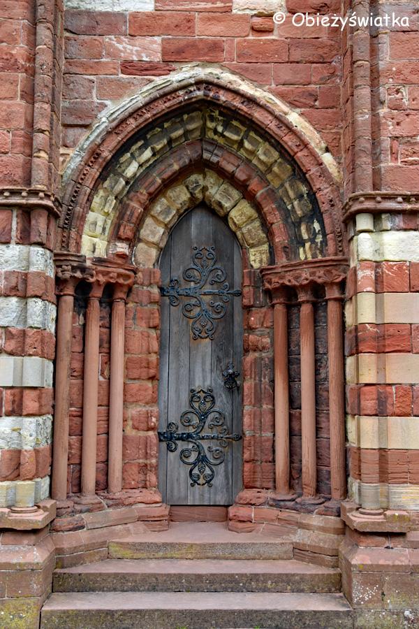 Boczne drzwi w Katedrze św. Magnusa w Kirkwall, Orkady, Szkocja