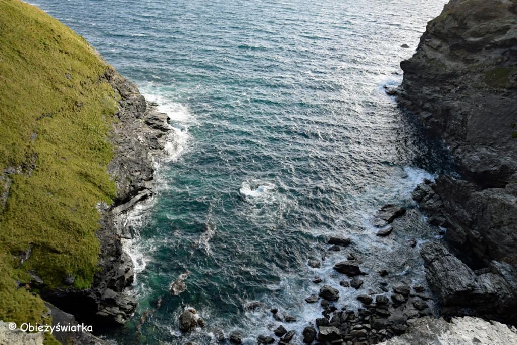 Skały nad Atlantykiem w Kornwalii