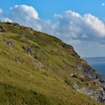 Porośnięte miękką trawą skały w Kornwalii