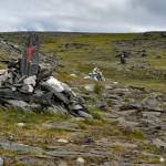 Typowe oznakowanie szlaków norweskich, tu: szlak na Knivskjellodden