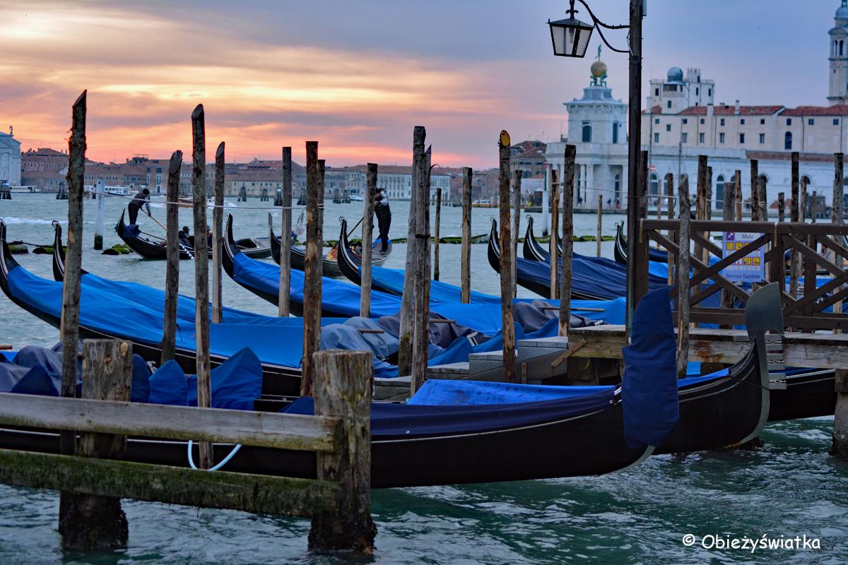 Weneckie gondole o zachodzie słońca