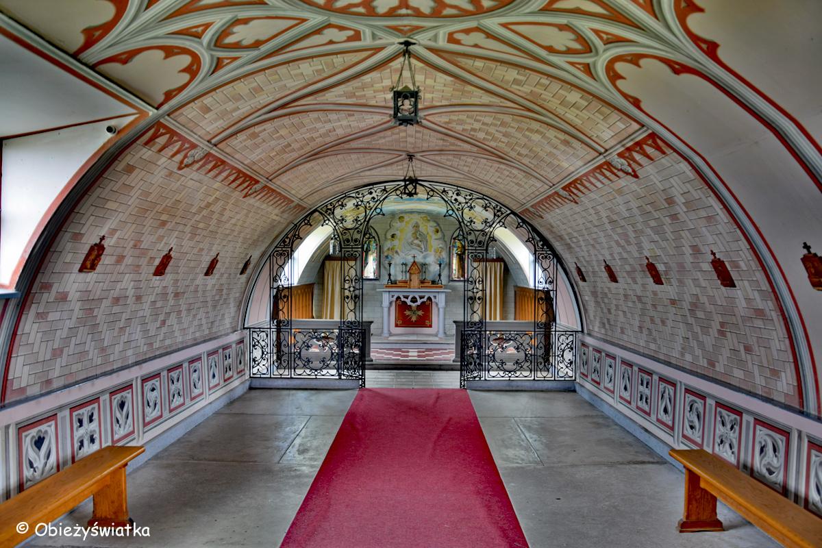 Wnętrze Włoskiej Kaplicy/Italian Chapel na Orkadach - widok na prezbiterium