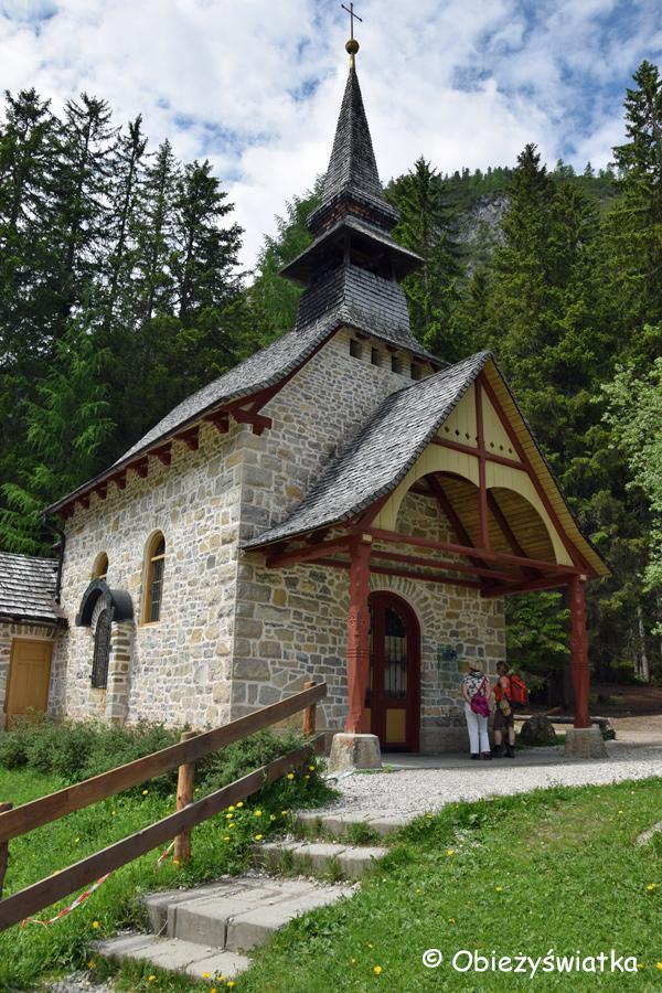 Kapliczka nad Jeziorem Braies, Pragser Wildsee / Lago di Braies, Tyrol Południowy