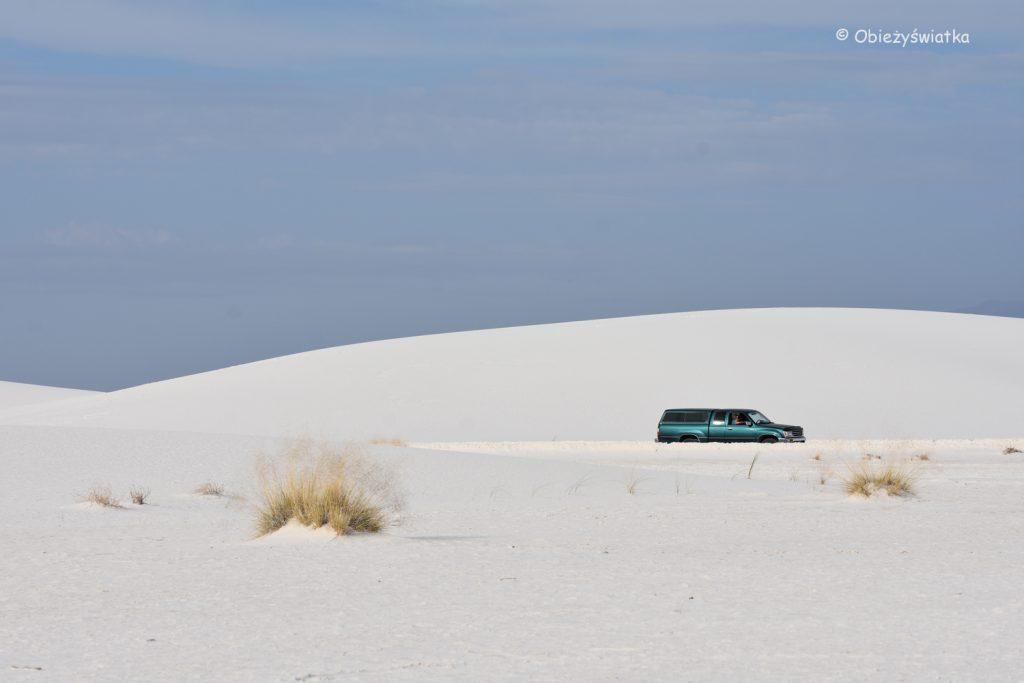 W drodze przez wydmy White Sands National Monument, USA