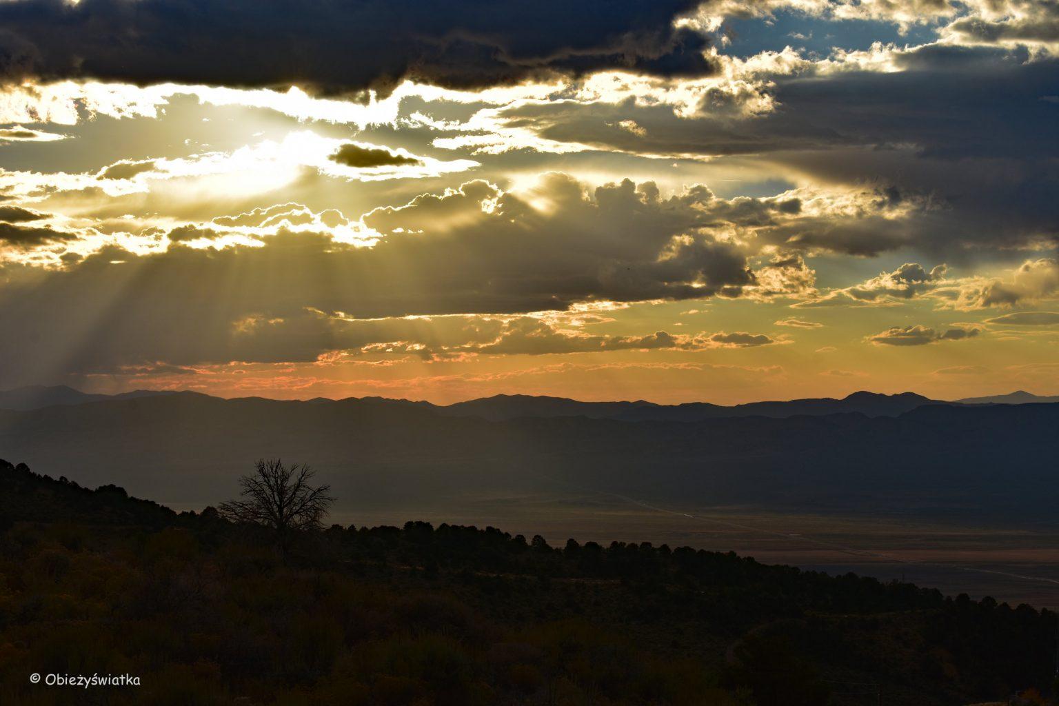 Zachód słońca na trasie Highway 50, Nevada