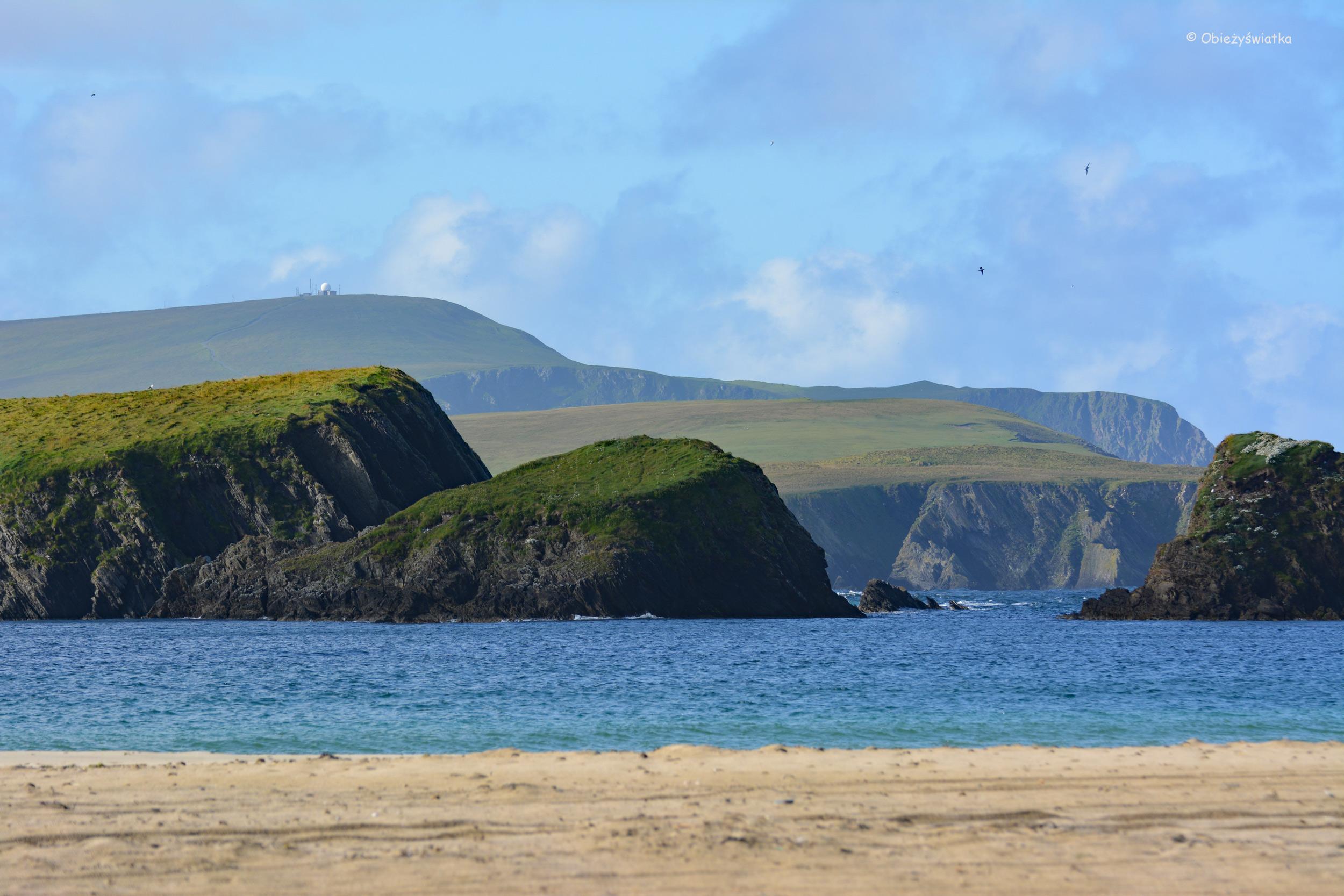 Tombolo i zielona wyspa św. Niniana, Szkocja, Wyspy Szetlandzkie