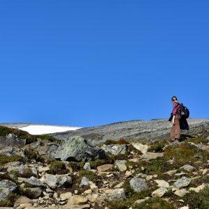 Na szlaku na Galdhopiggen - kamienie, śnieg i niebieskie niebo