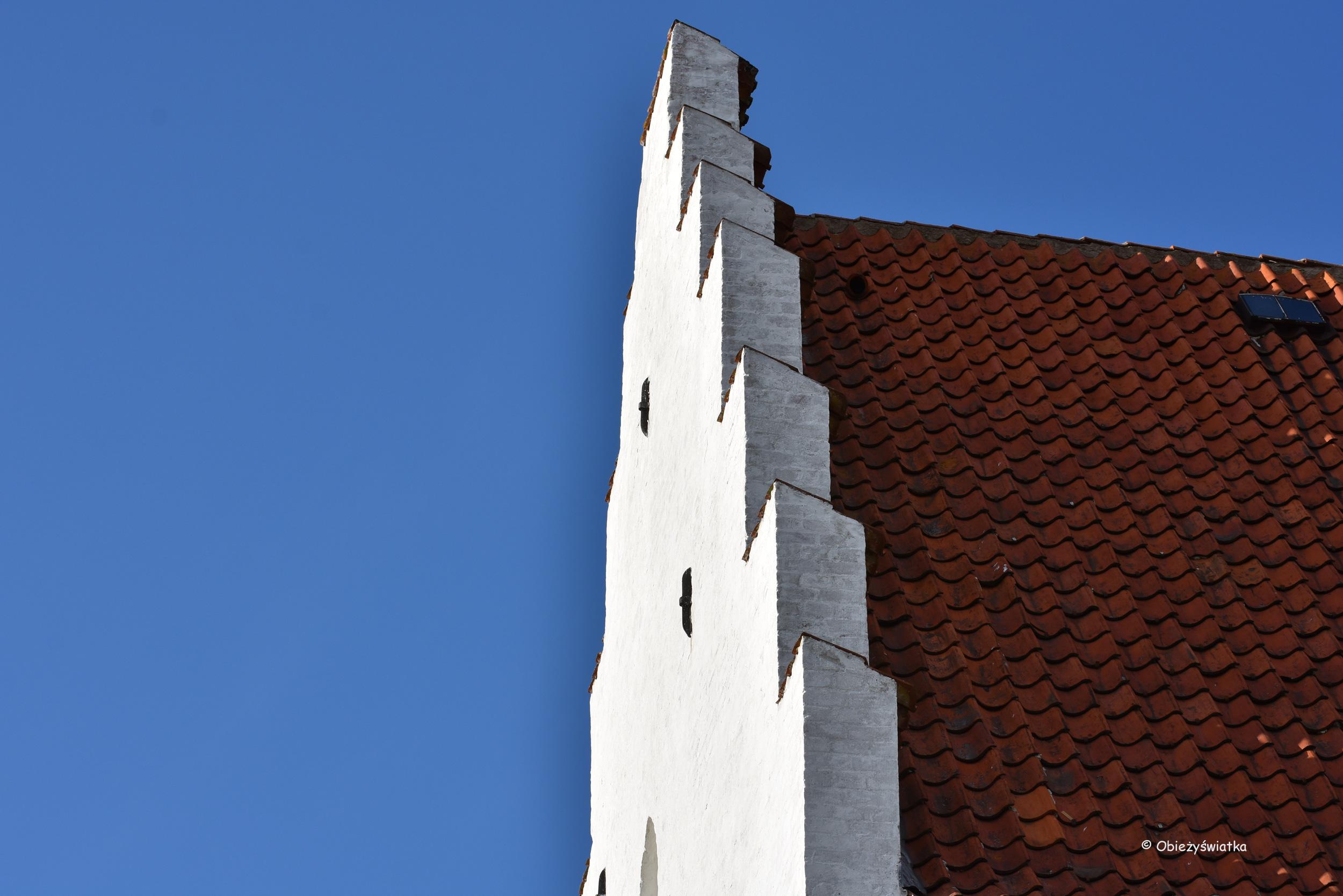 Kościół pod piaskiem w Skagen - biała fasada, ceglasty dach