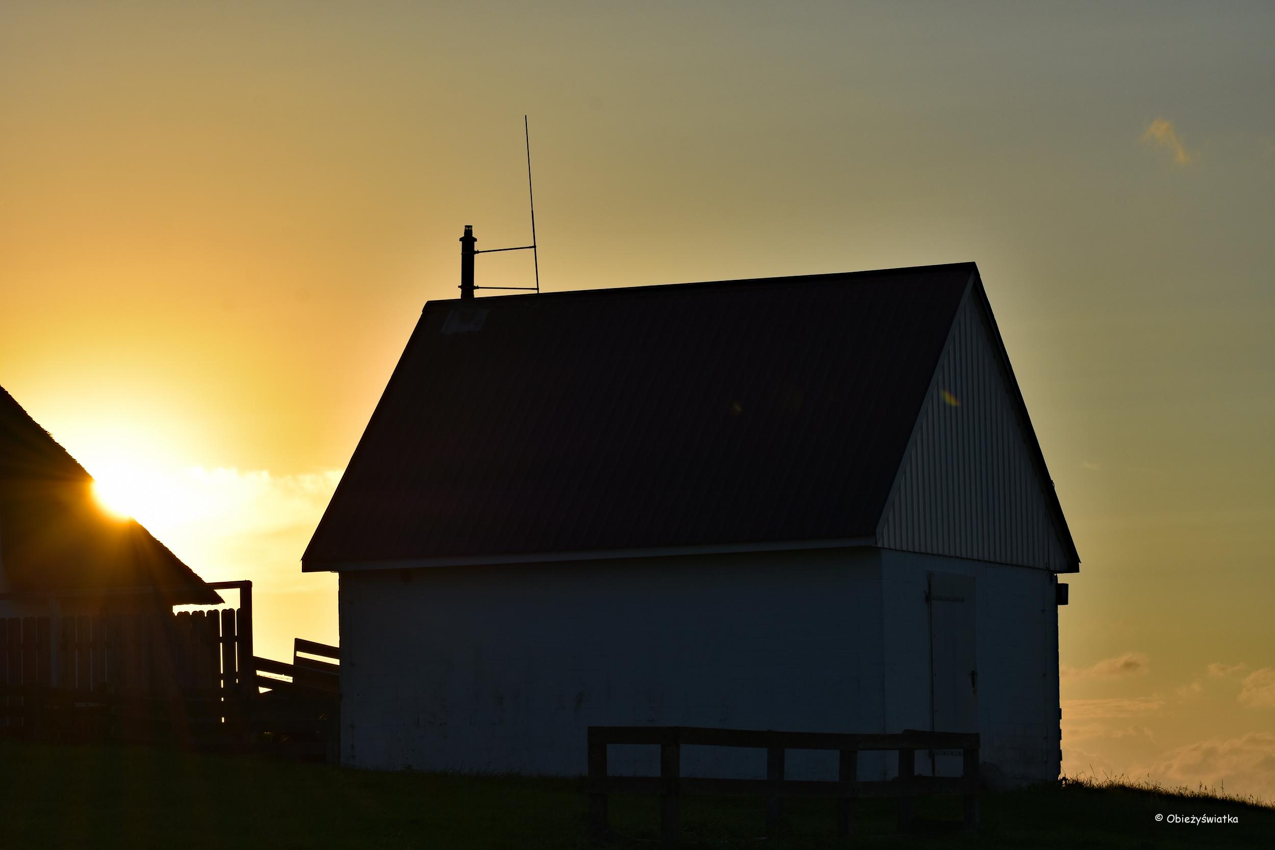 Chata w ostatnich promieniach słońca - Hamburger Hallig
