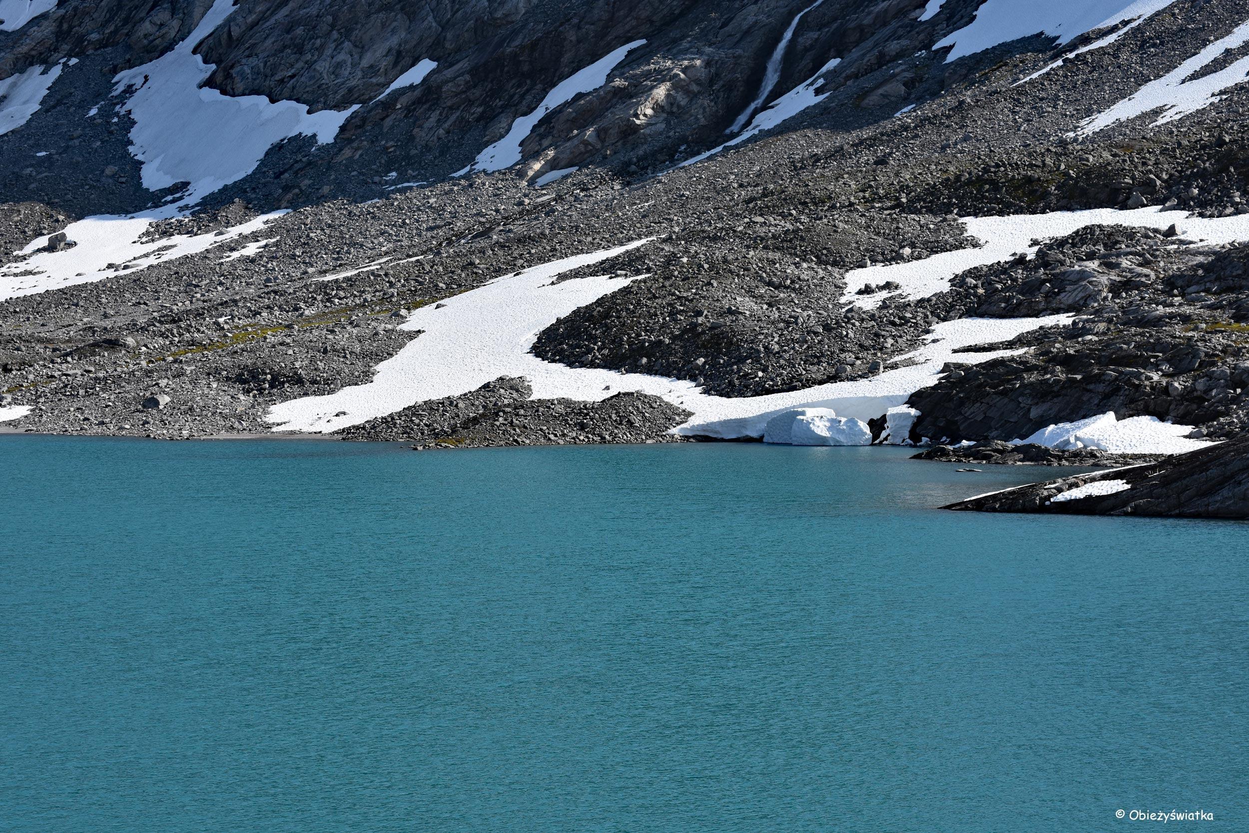 Śnieg, błękit wody - Gamle Strynefjellsvegen, Norwegia