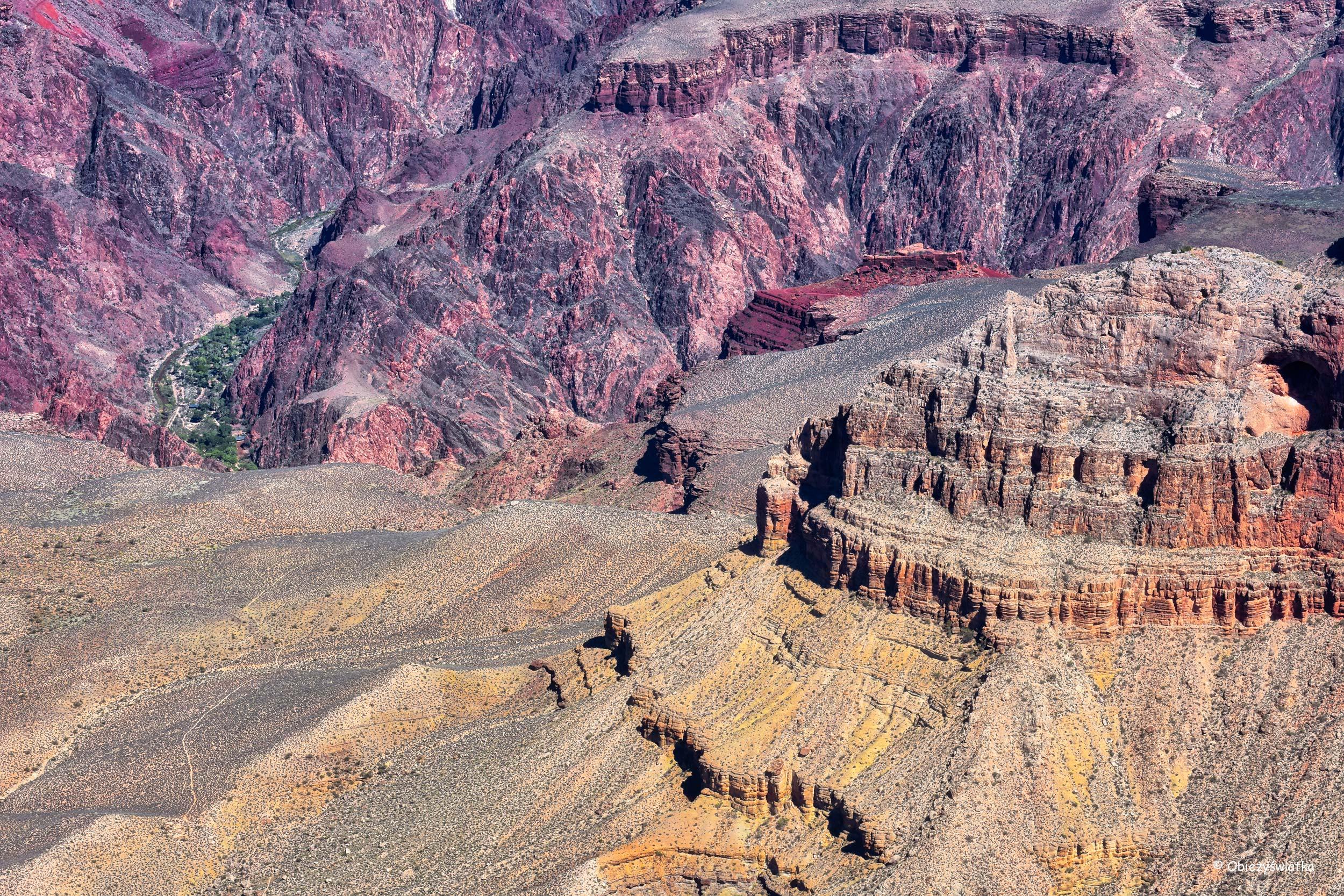 Przeważają czerwienie, ale i inne kolory są obecne - Grand Canyon National Park, Arizona, USA