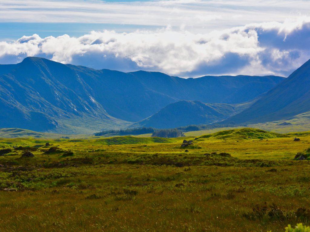 Widok z jednego ze wzgórz w Rannoch Moor, Szkocja, UK