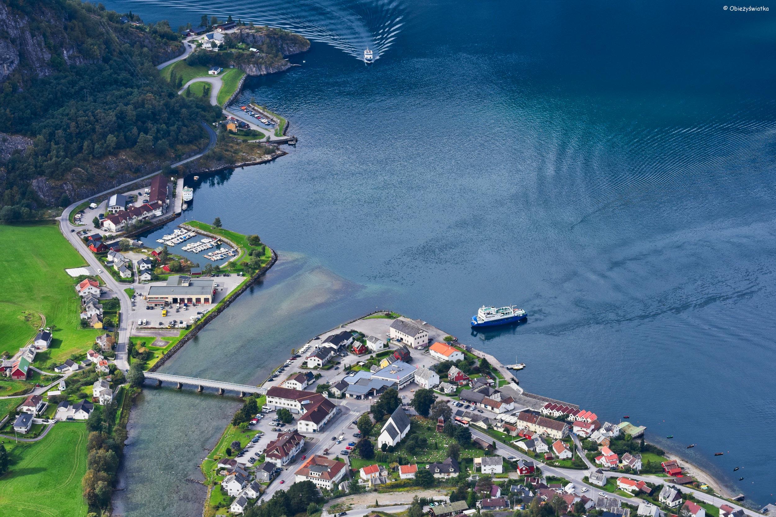 Aurlandsvangen i Aurlandsfjord - widok z platformy Stegastein, Norwegia