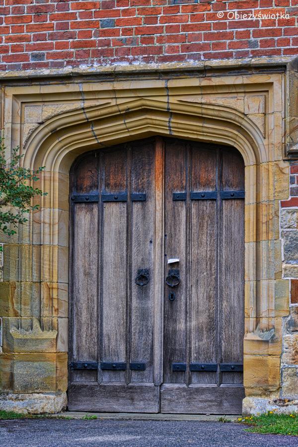 Drzwi kościółka w Tudeley, Wielka Brytania