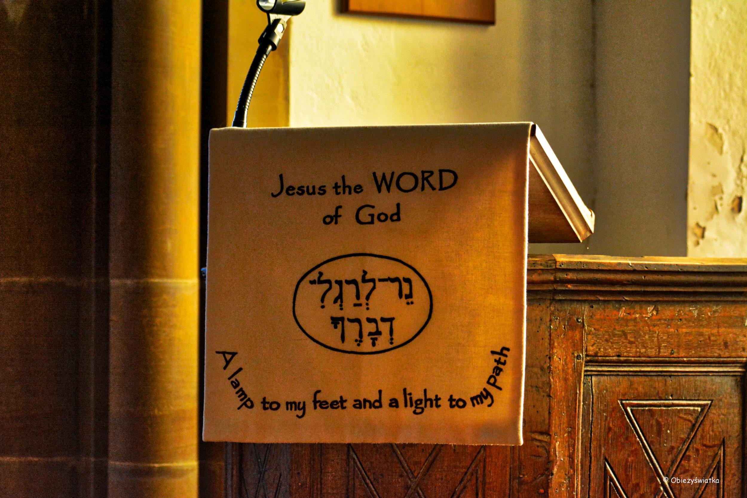 Wnętrze kościółka w Tudeley, Wielka Brytania