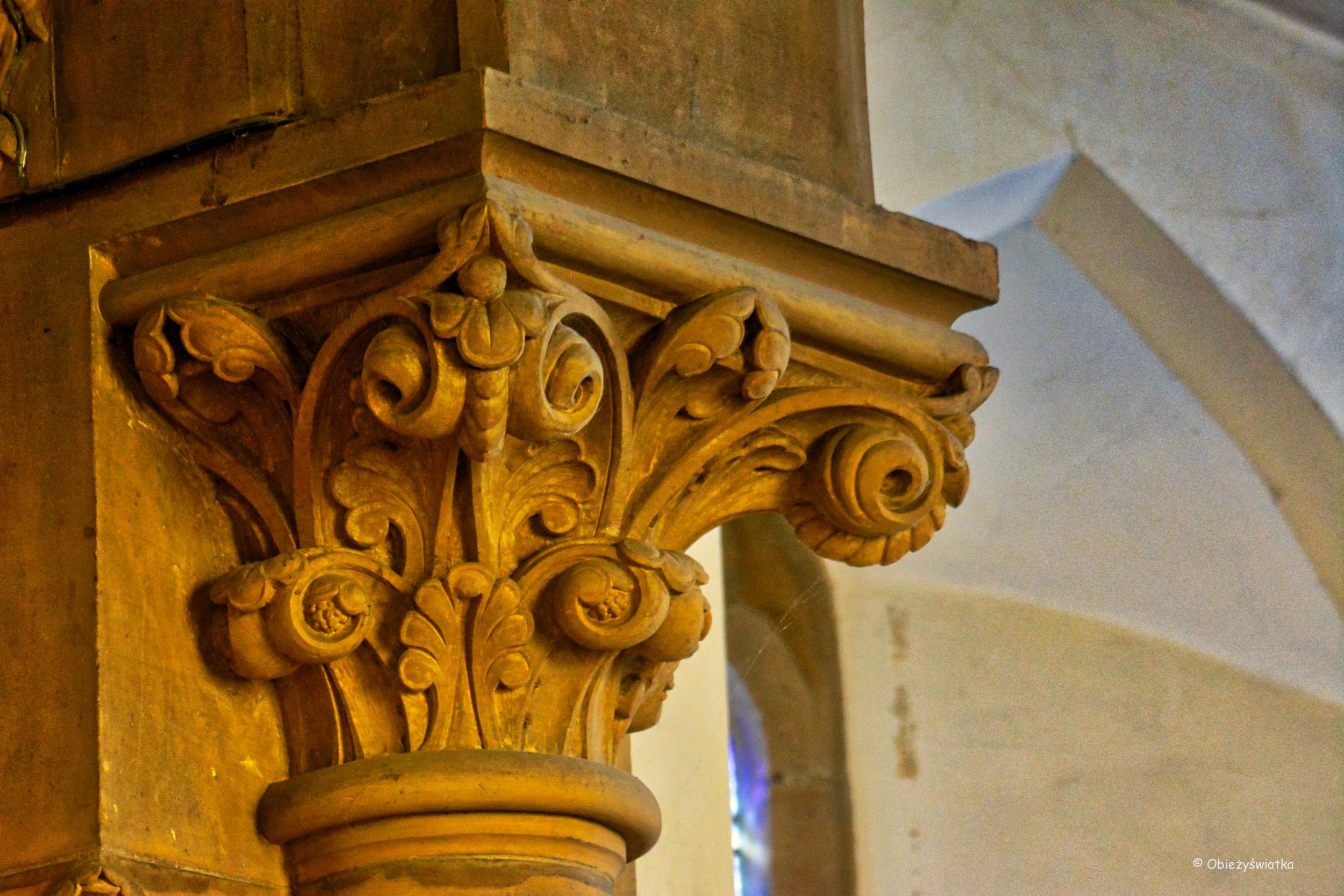 Głowica jednej z kolumn w kościółku w Tudeley, Wielka Brytania