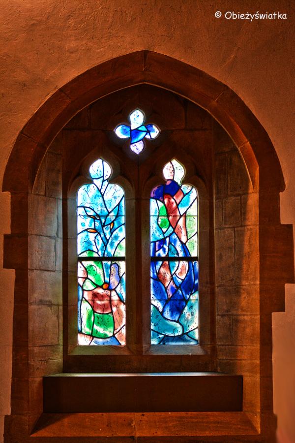 Witraże mistrza Chagalla w kościółku w Tudeley, Wielka Brytania