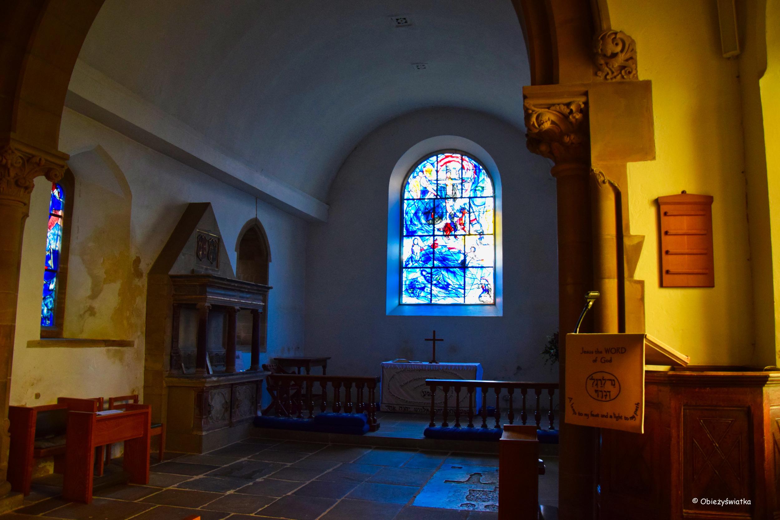 Główny witraż Marca Chagalla w prezbiterium, Tudeley, Wielka Brytania