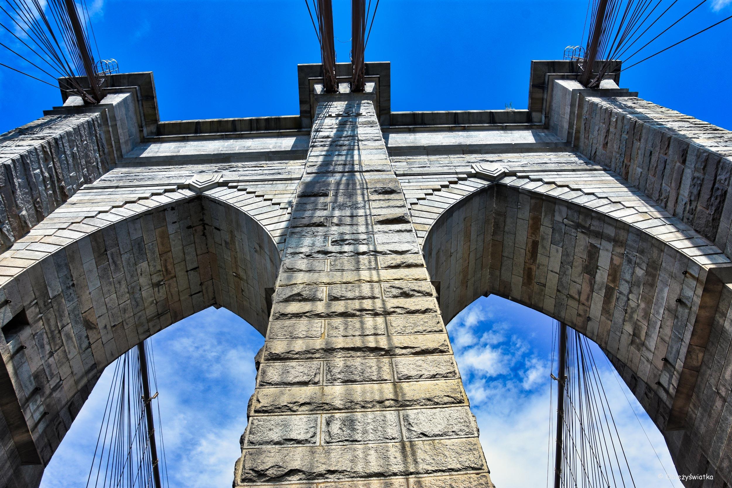 Brooklyn Bridge i jego potężne pylony, NYC