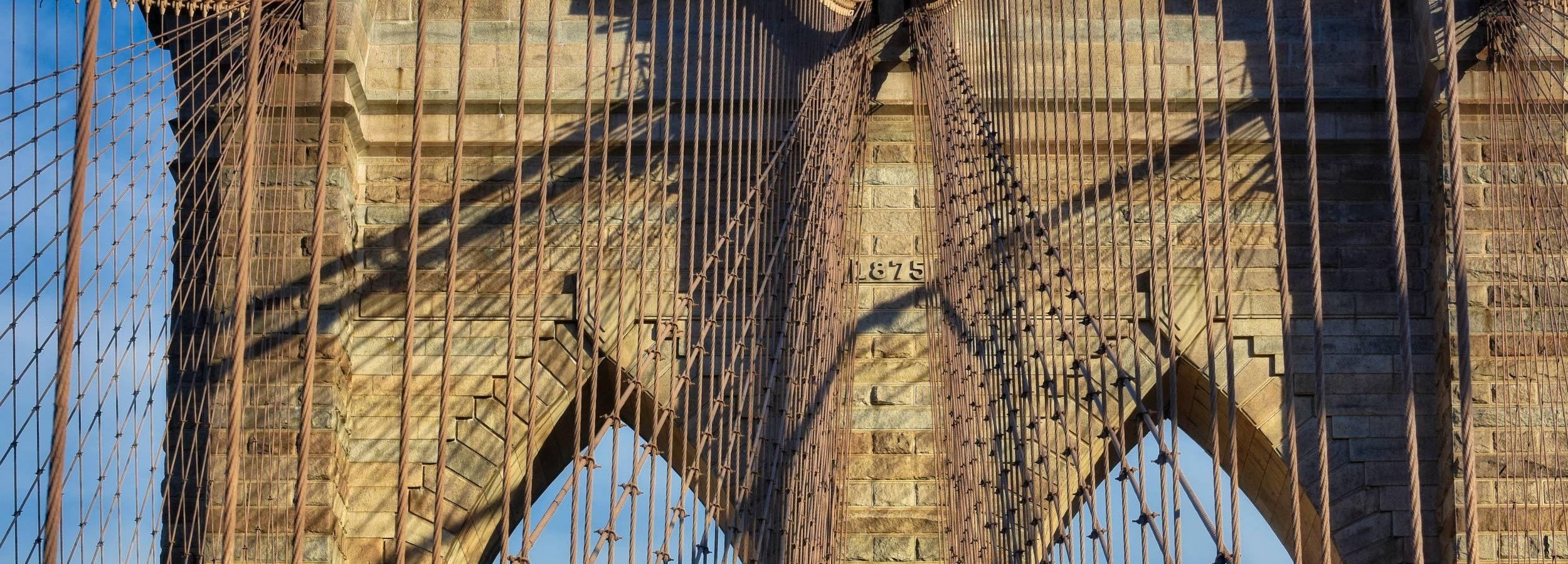 Pylonu Mostu Brooklińskiego w zachodzącym słońcu, NYC