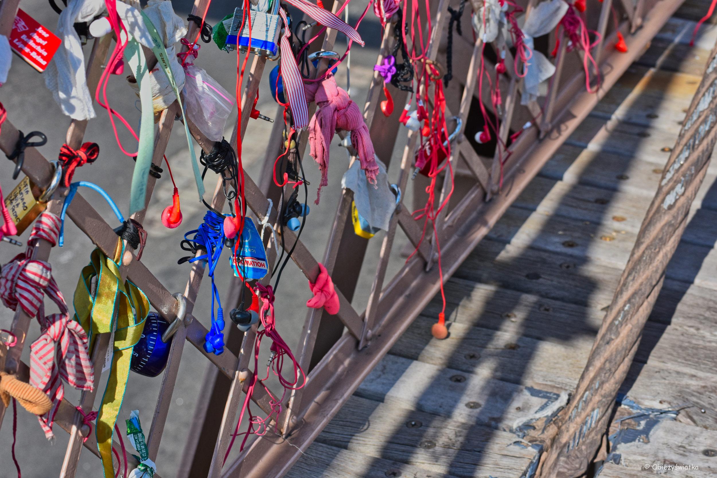 Słuchawki na Moście Brooklińskim - podobno to z powodu zakazu przechodzenia przez most ze słuchawkami w uszach...