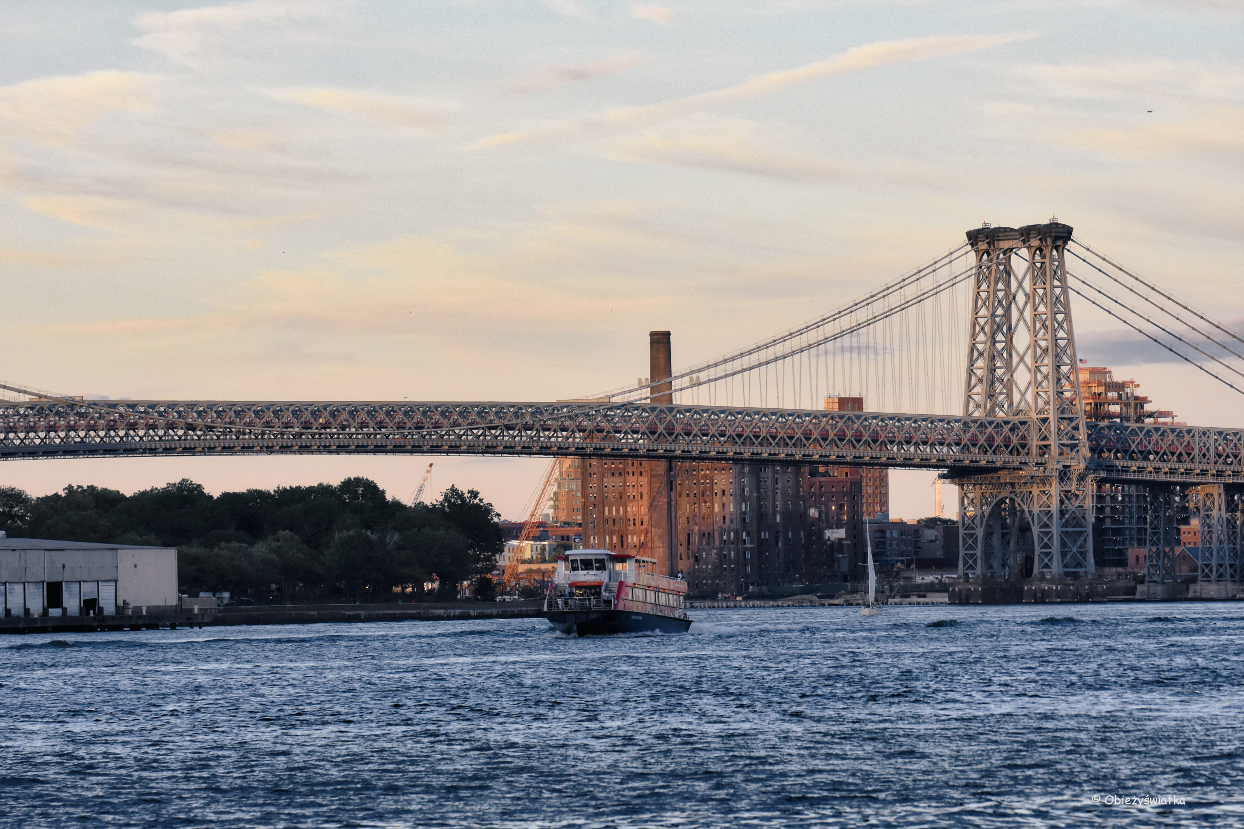 Manhattan Bridge i East River, widok z Brooklynu, NYC